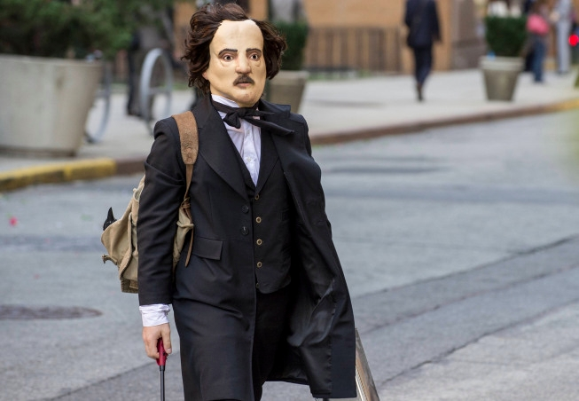 """THE FOLLOWING: One of Joe Carroll's followers disguises himself as Edgar Allan Poe to commit a crime in the """"The Poet's Fire"""" episode of  THE FOLLOWING airing Monday, Feb. 4 (9:00-10:00 PM ET/PT) on FOX. ©2013 Fox Broadcasting Co. CR: David Giesbrecth/FOX"""